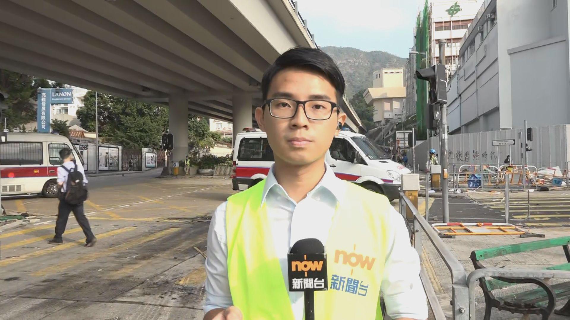 【現場報道】警員到浸大附近清理路障
