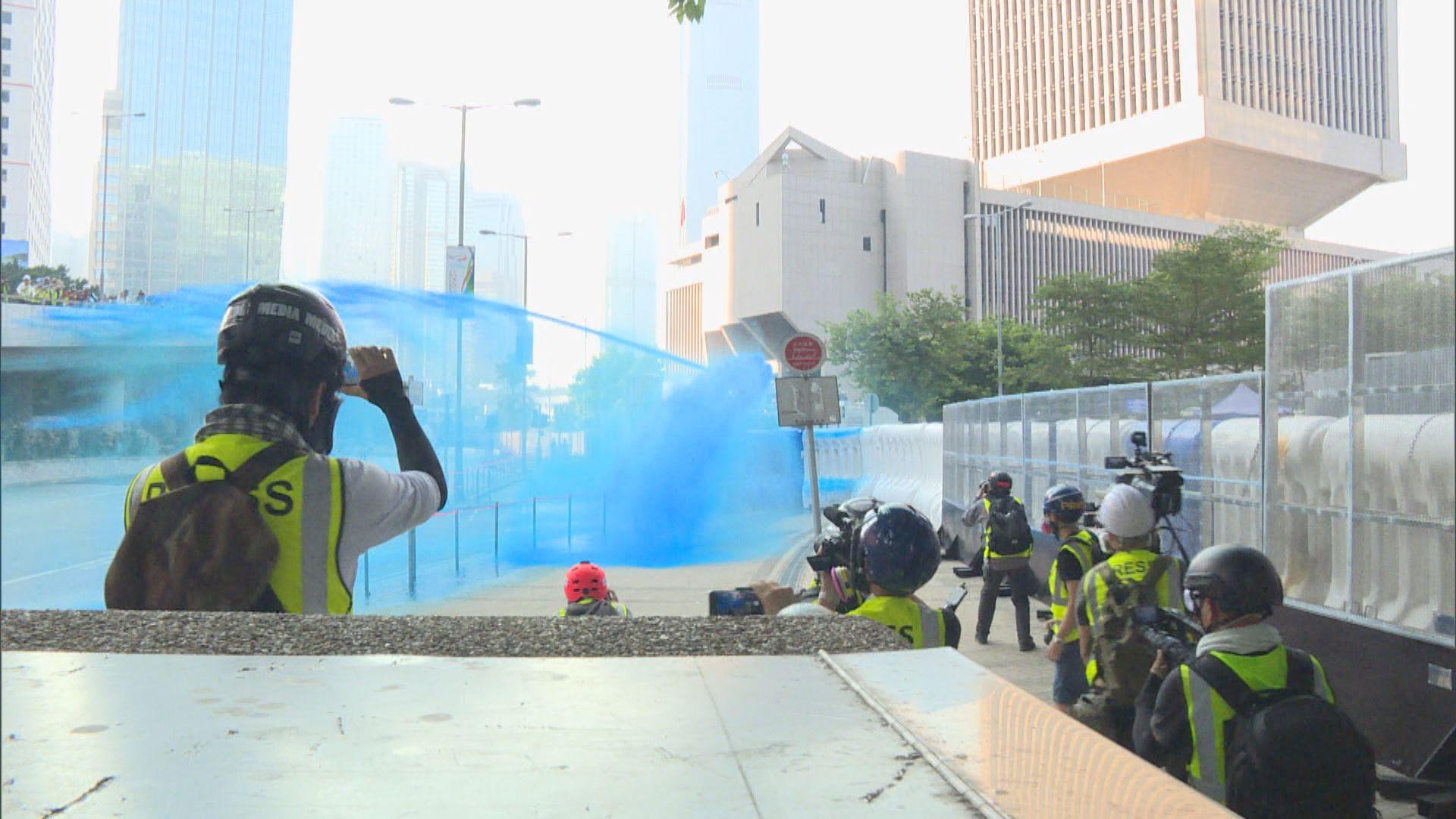 水炮車政總射顏色水驅散示威者