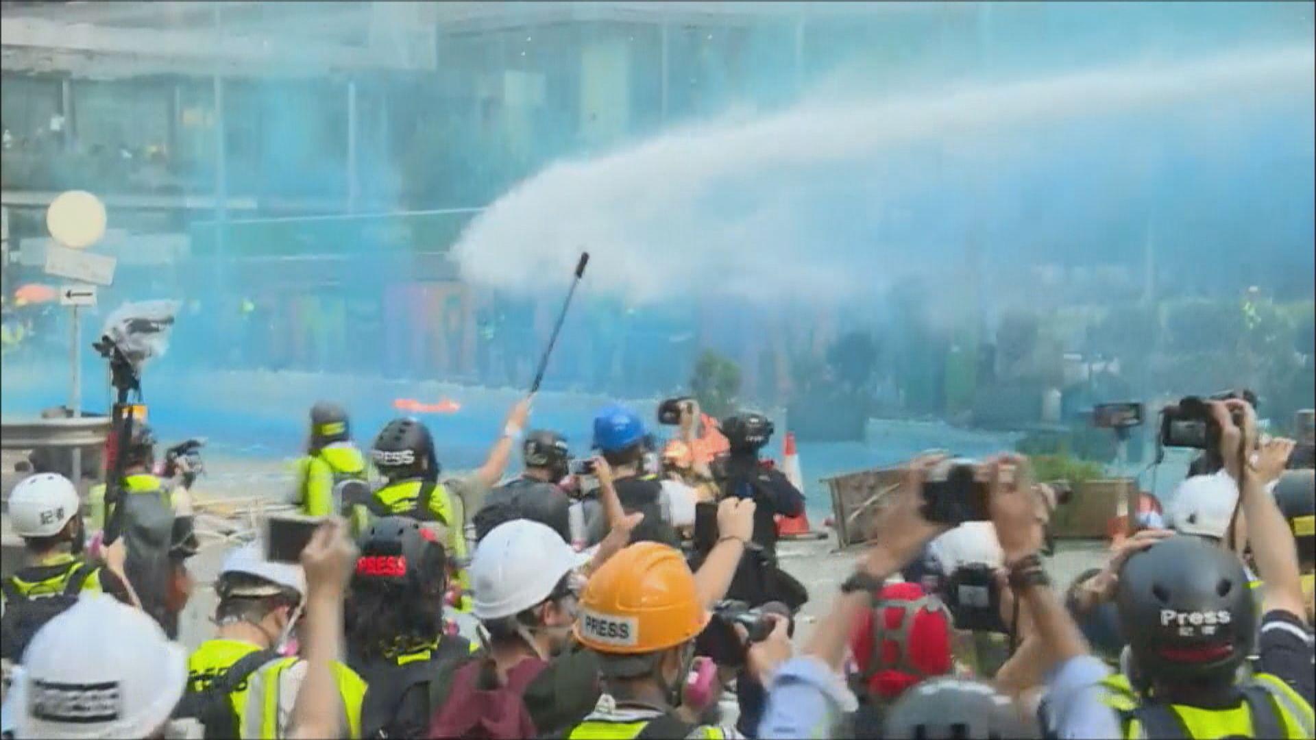 示威者於港島多處縱火堵路 警用水炮車驅散