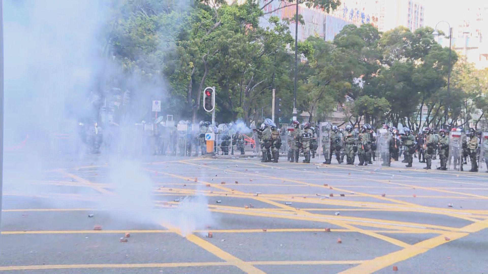 示威者沙田源禾路擲燃燒彈 警多次放催淚彈