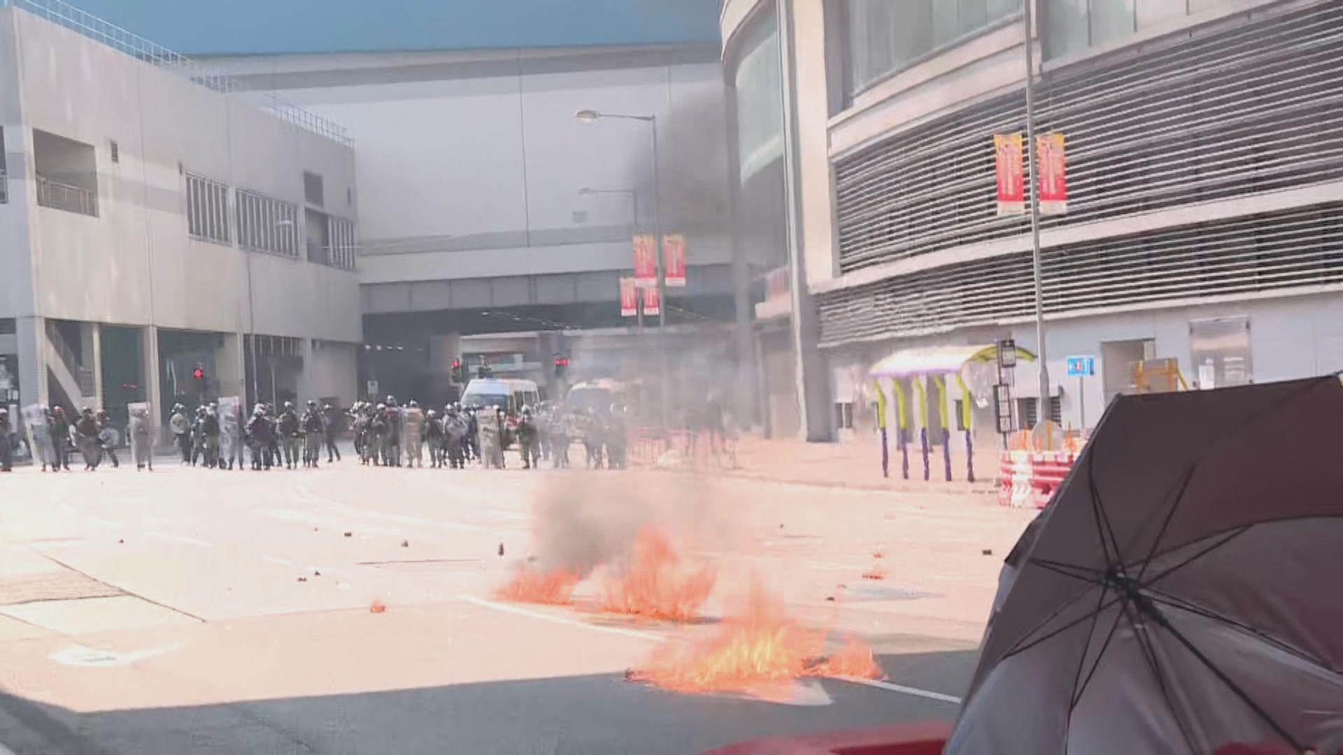 屯門示威者向警方投擲汽油彈