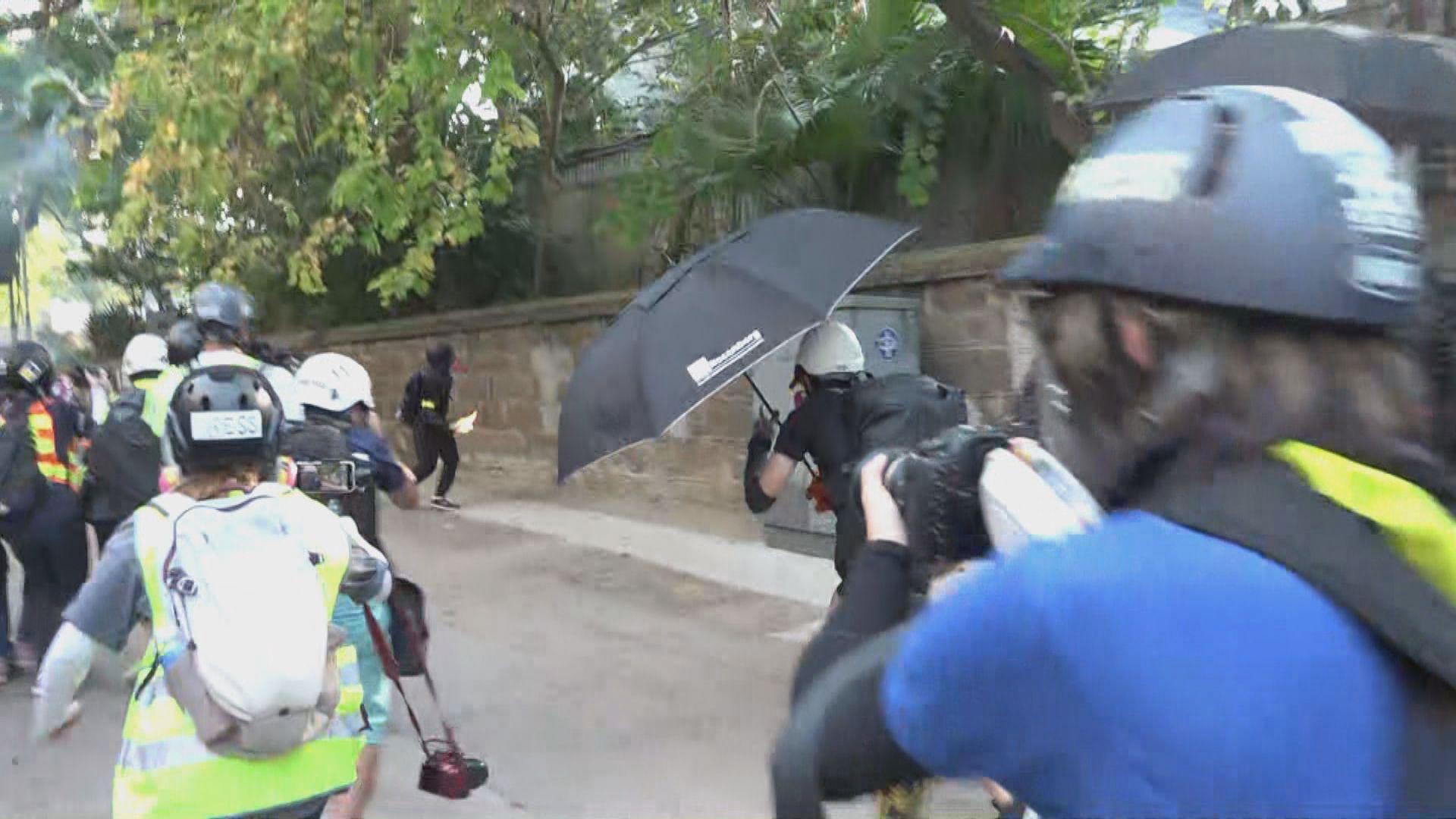 尖沙咀示威者向警署投燃燒彈
