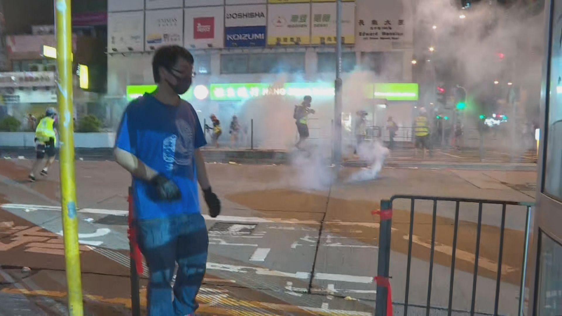 示威者向尖沙咀及旺角警署投燃燒彈
