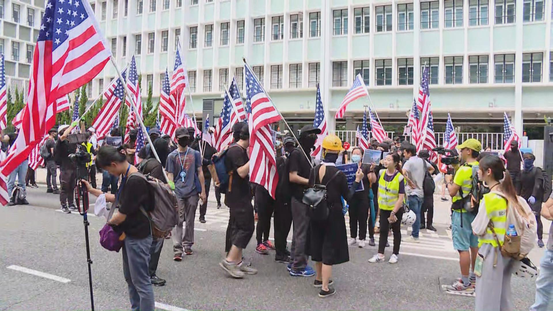 【現場報道】大批市民在遮打花園等候遊行往美領館