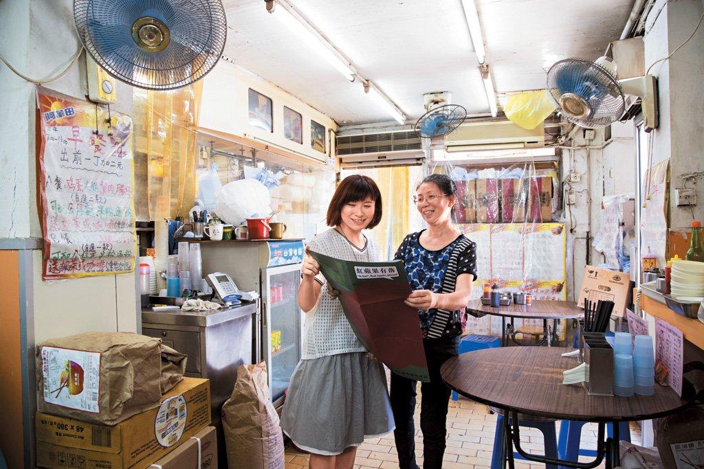 Jessica 以相片紀錄開業已29年的知味燒臘茶餐廳。蛋治 $7,凍奶茶仍舊$8,仲有滾水蛋賣,老闆郭太正面對重建問題,如要搬舖,隔籬街的租金已貴一倍。