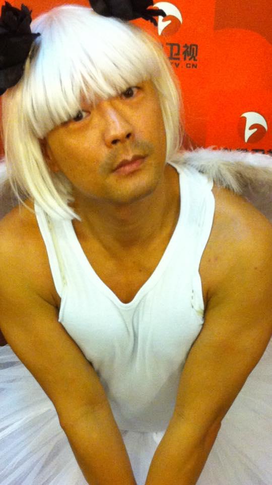 王喜上傳男扮女裝照片並hashtag「反對女性胸部被視為攻擊性武器」、「胸部不是武器」。(Facebook圖片)