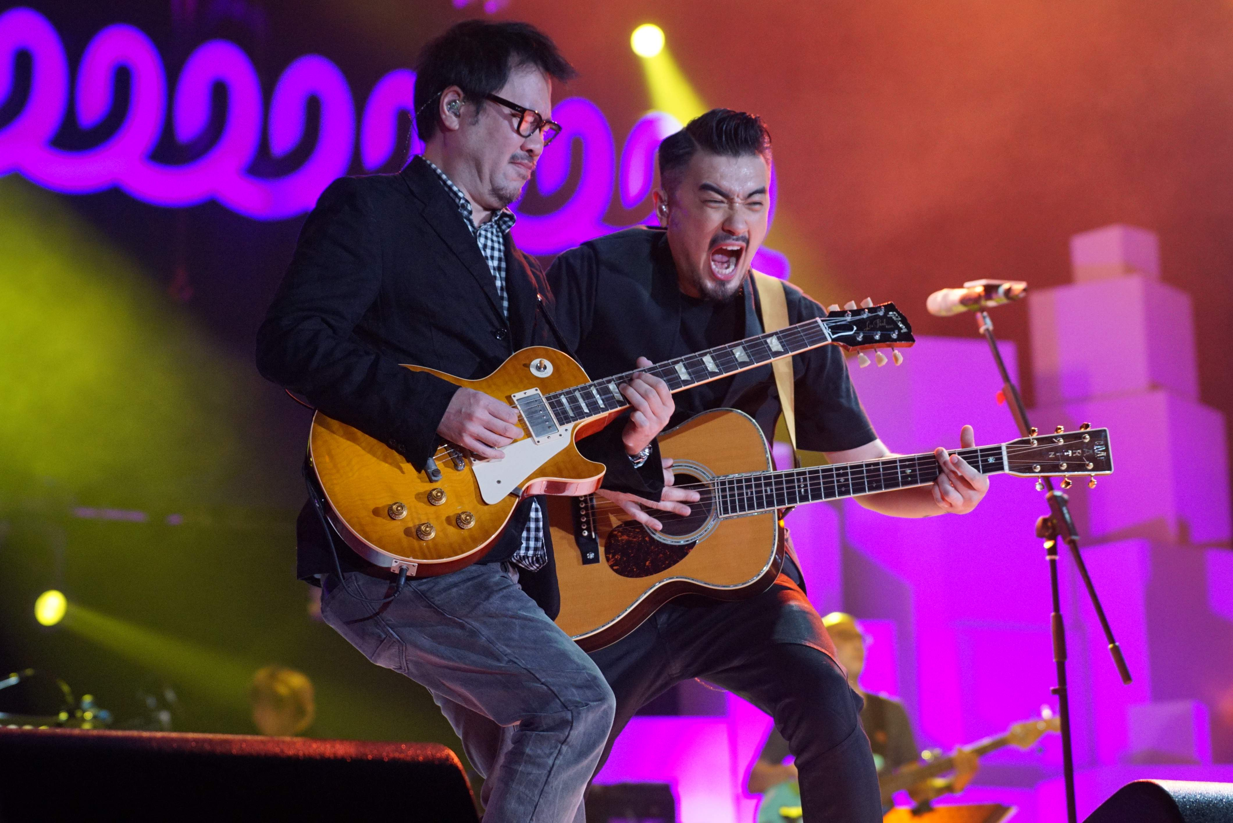 音樂人包以正(左)以特別嘉賓身份,與恭碩良齊齊jam歌。