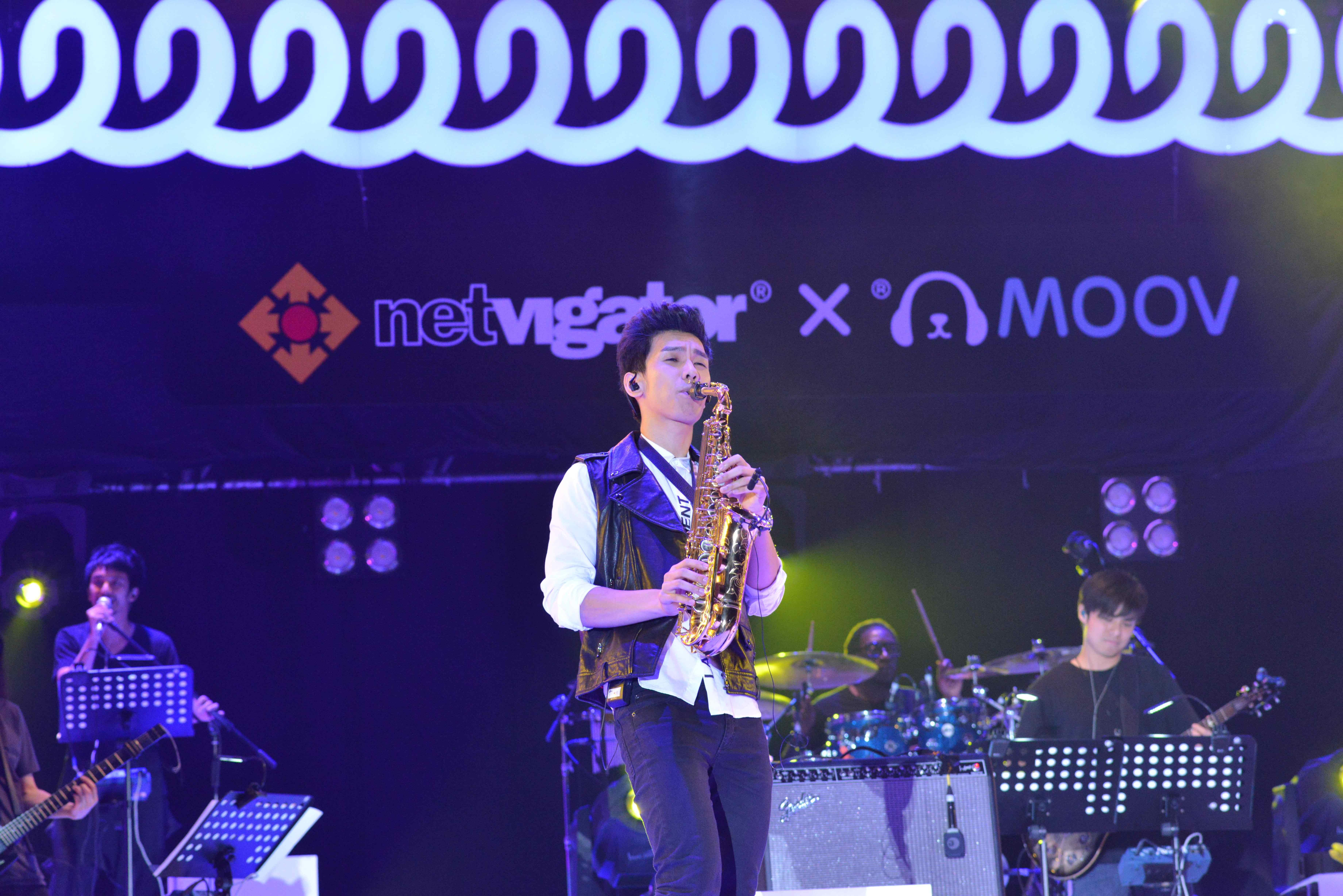 林奕匡吹色士風,盡顯音樂才華。
