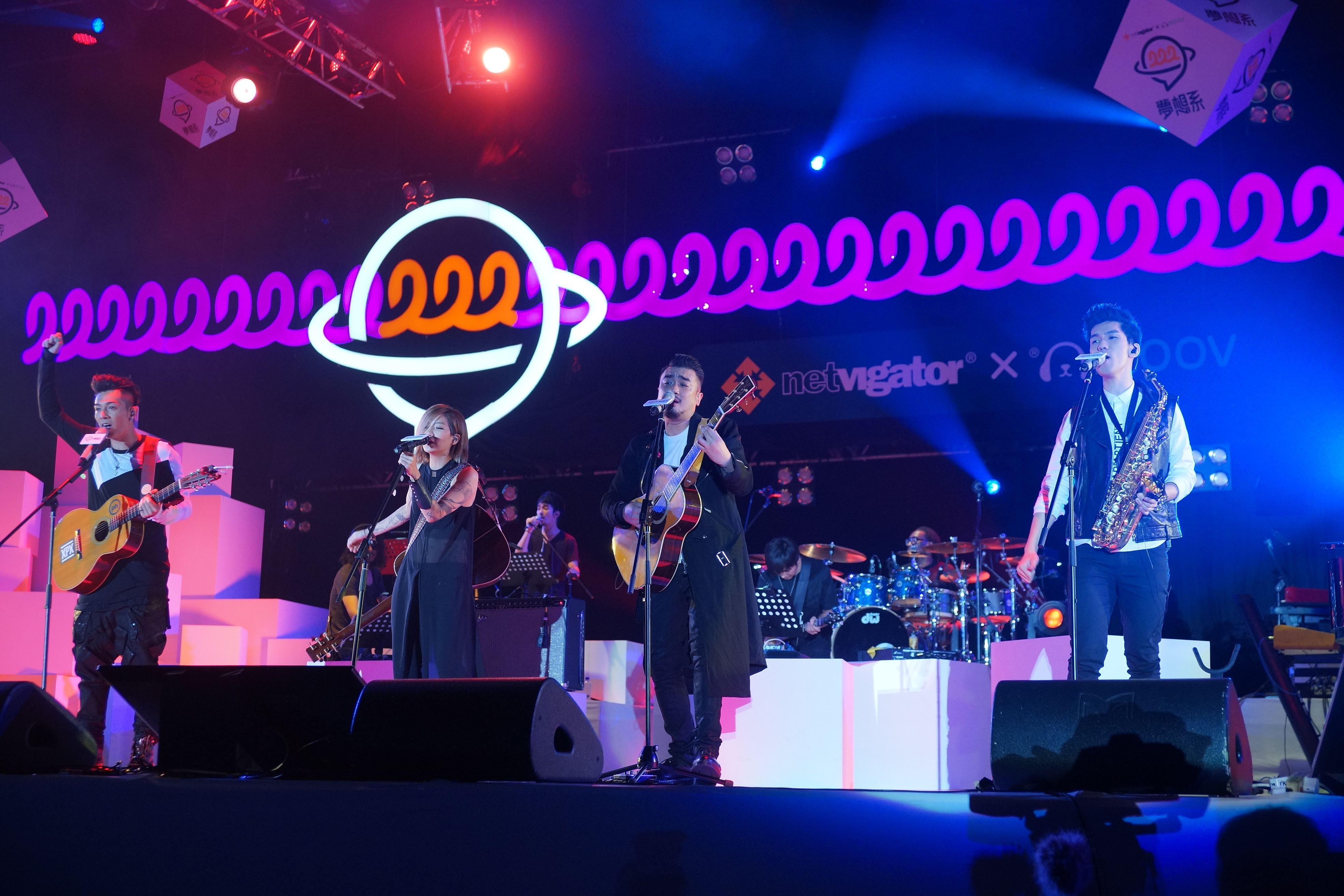 (左起)周柏豪、盧凱彤、恭碩良與林奕匡四位唱作歌手在台上夾Band jam歌。