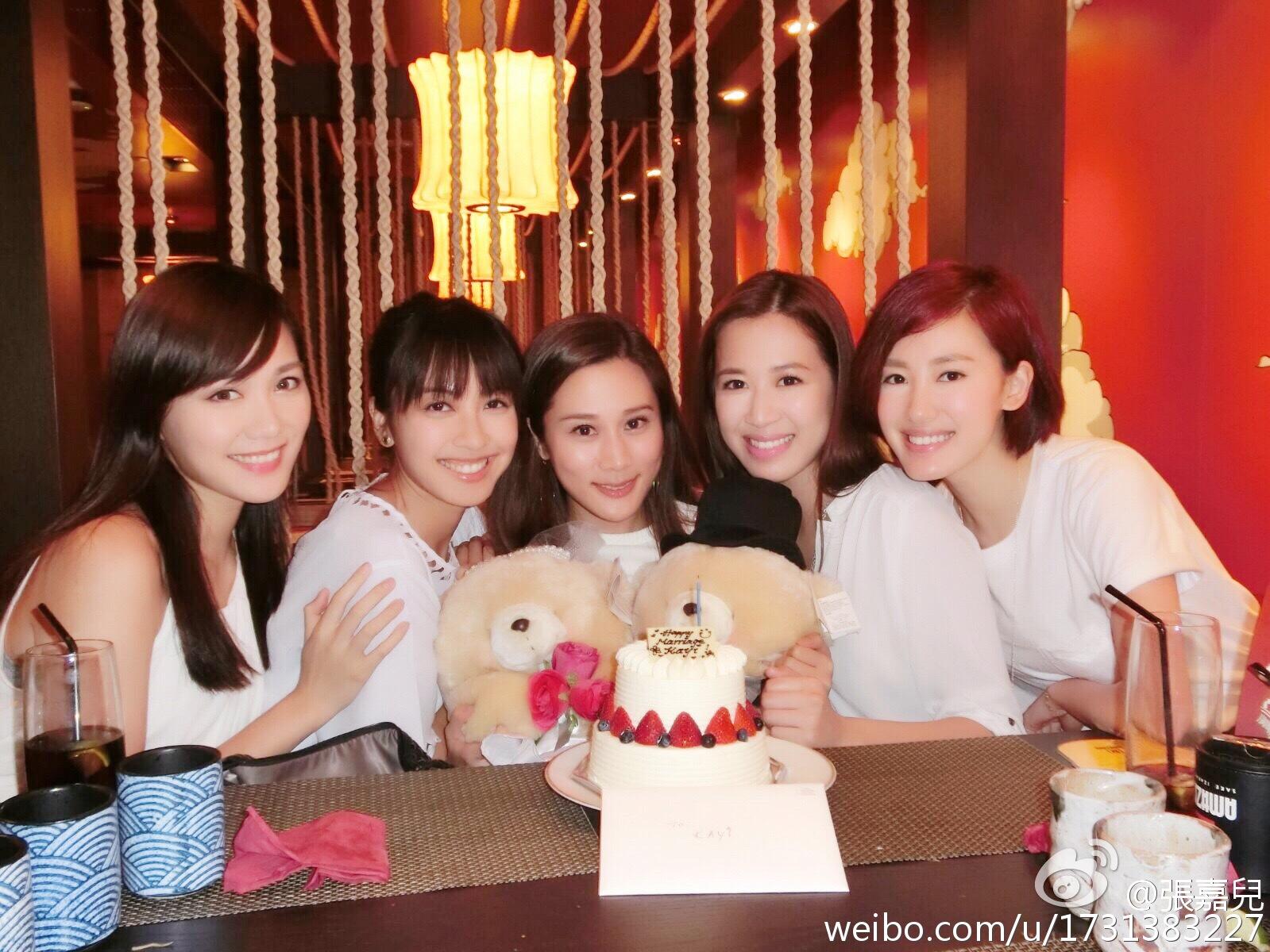 (左起)湯洛雯、朱千雪、張嘉兒、湯洛雯、蔣家旻昨晚齊齊來個「婚前聚會」。(微博圖片)