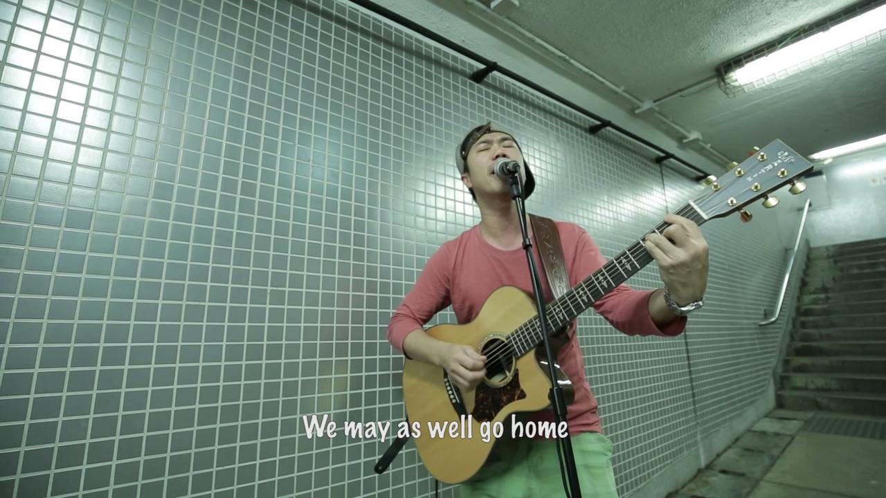 在行人隧道內,泥鯭就似街頭表演者一樣,自唱自High。(影片截圖)