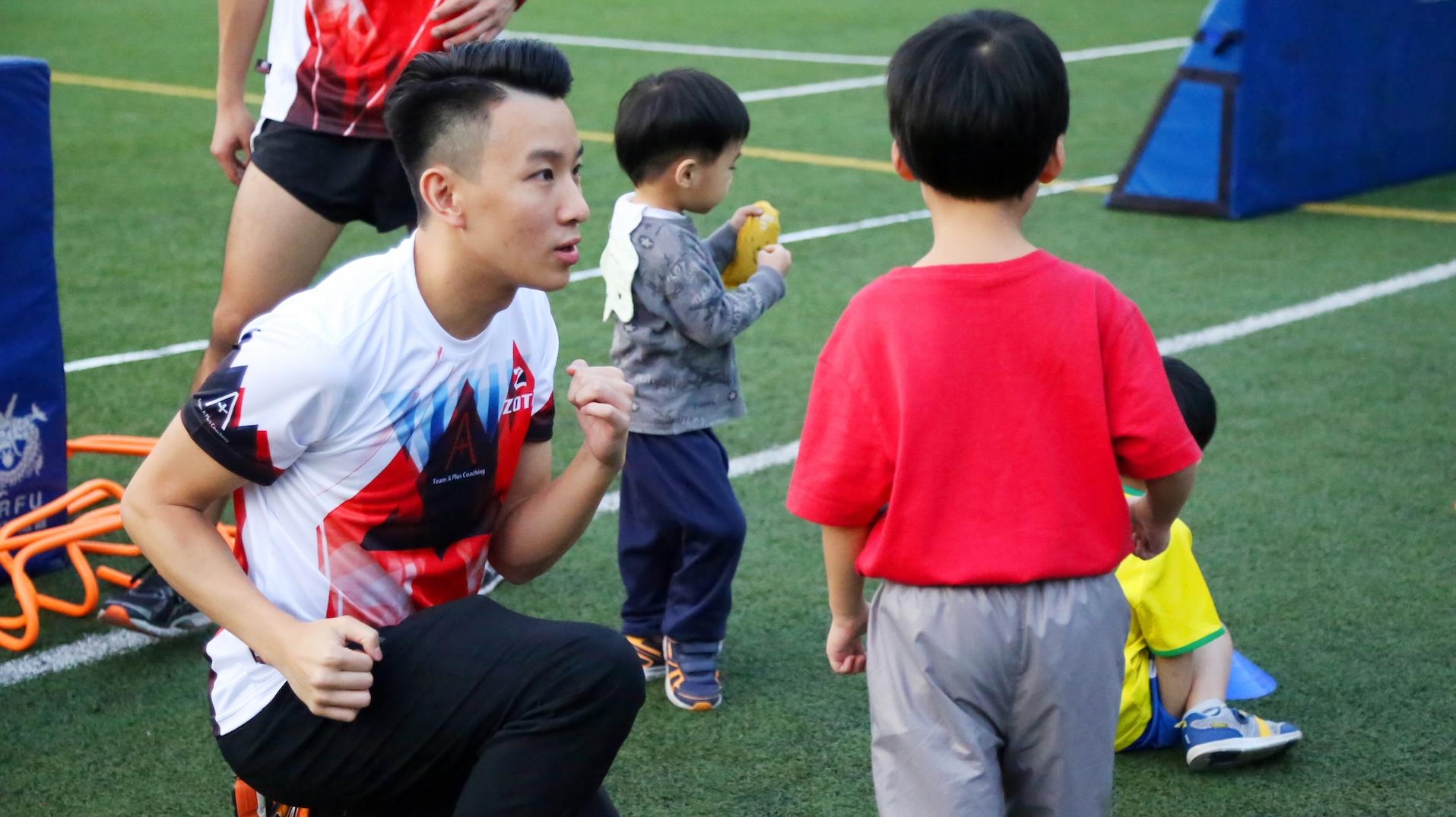 雖然唔係訓練運動健將,但教練都會注動細節,教小朋友握實拳頭跑。