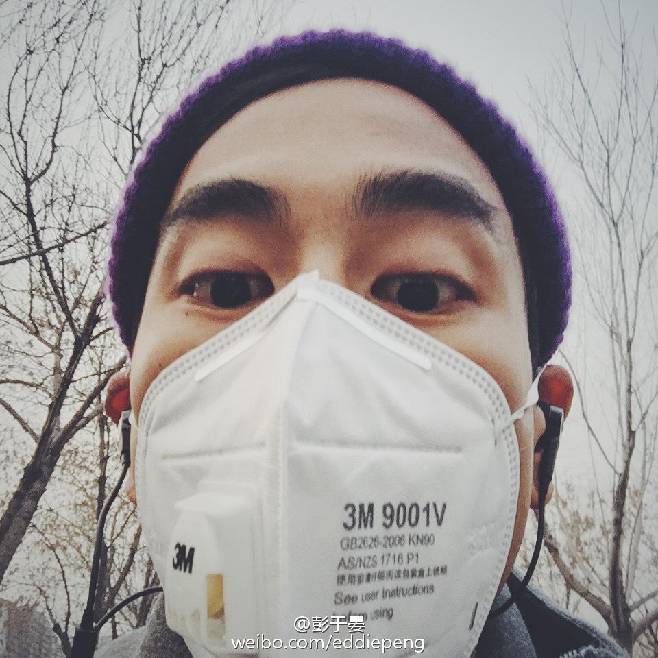 戴住厚厚口罩的彭于晏又玩Selfie。(微博圖片)