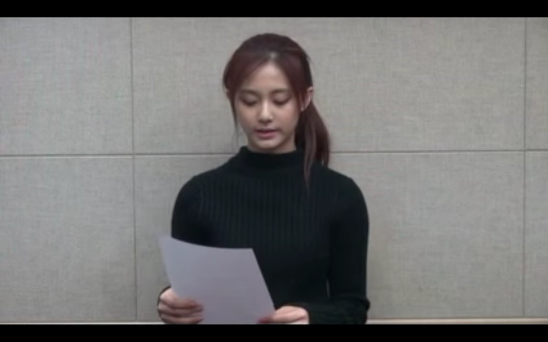 首度鞠躬後,她按照稿件讀出道歉聲明。(畫面截圖)