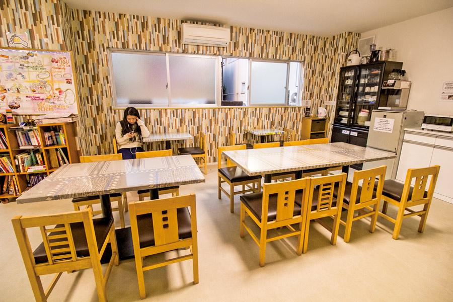 地下的common area亦是早餐用餐處,每朝有免費的麵包和咖啡提供,若在便利店買飯糰回來就不要在房內吃嚕!