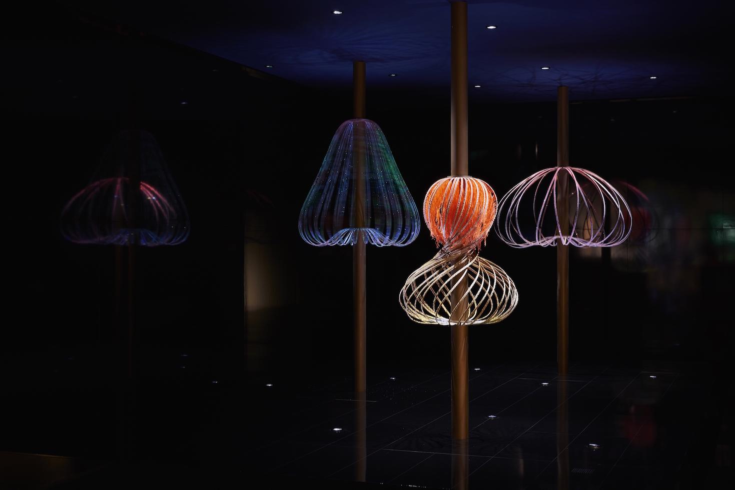 今年會在場館門口擺放由英籍華裔設計師吳燕玲(Elaine)的互動藝術裝置《Sundew》,吸引大家眼球。