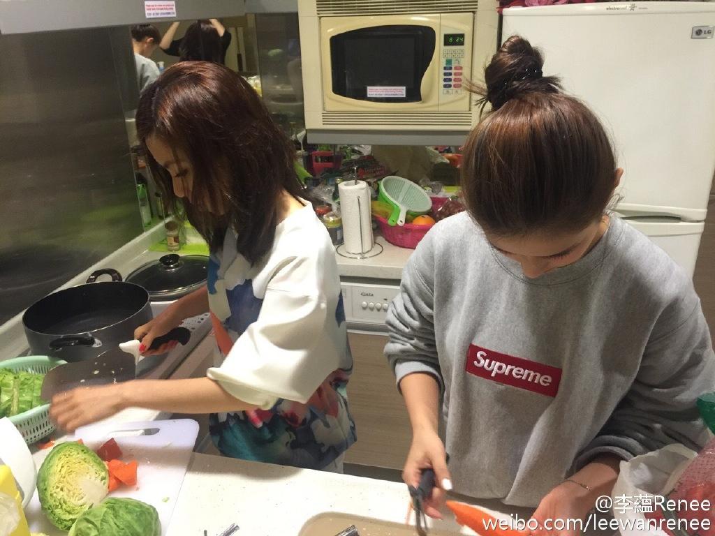 姊妹們相聚,一齊玩煮飯仔。(微博圖片)