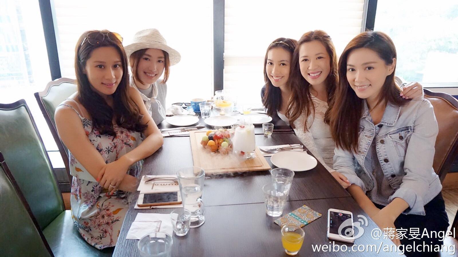 (左起)張嘉兒、蔣家旻、朱千雪、岑杏賢同湯洛雯齊齊飯聚,素顏的張嘉兒刻意用手遮掩。(微博圖片)
