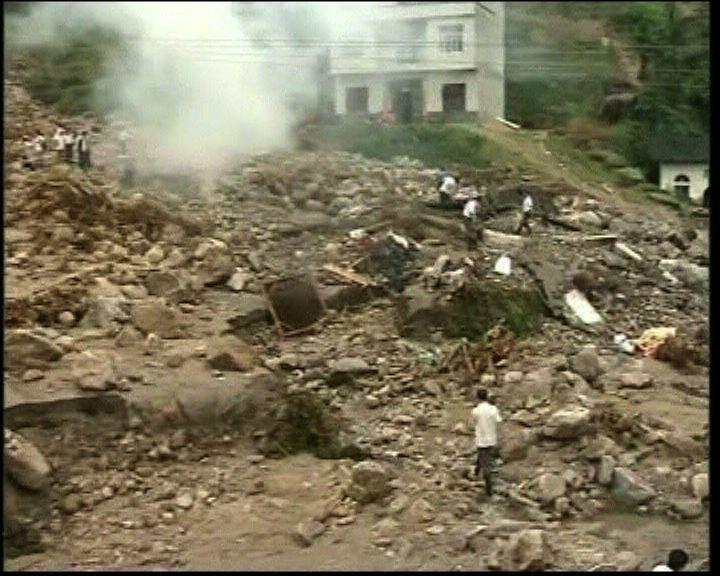 13省受洪災威脅近百人死亡