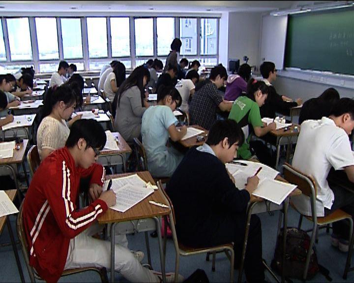 首屆中學文憑試逾七萬二千人報考