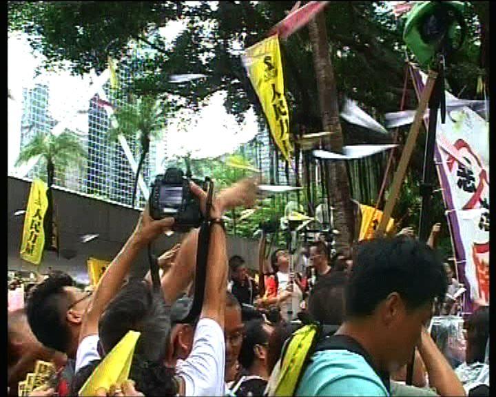 示威者擲紙飛機表達訴求