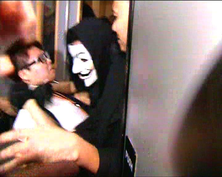 警方:示威者戴面具影響調查