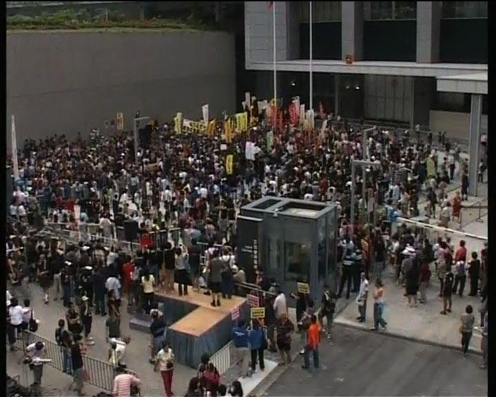 反林瑞麟示威者衝入新政府總部集會