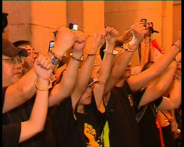 示威者用手扣互鎖包圍立法會