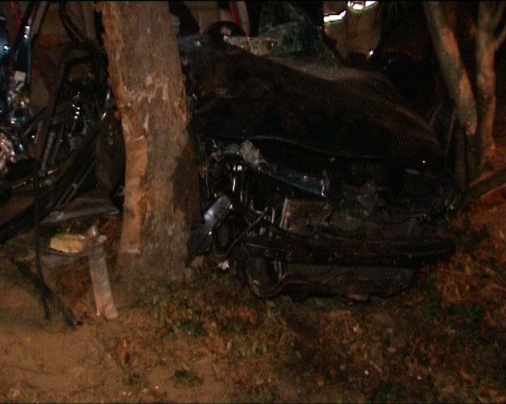 粉嶺私家車撞向山邊一人受傷