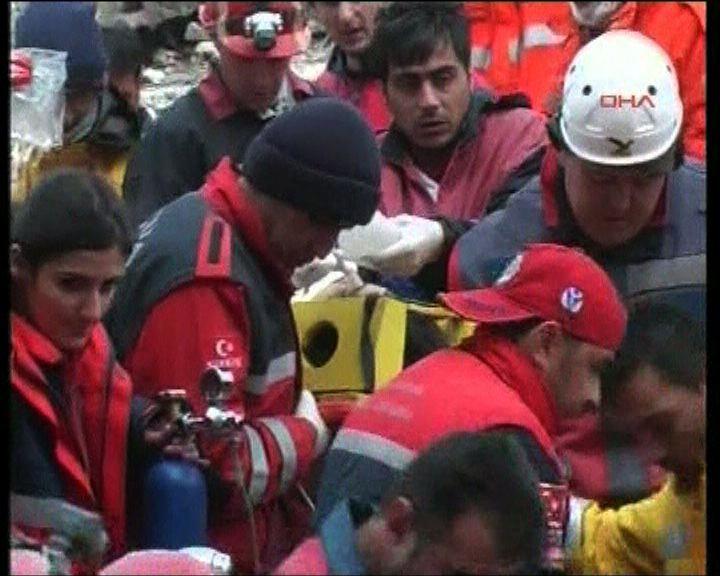 救援人員瓦礫下救出至少28人