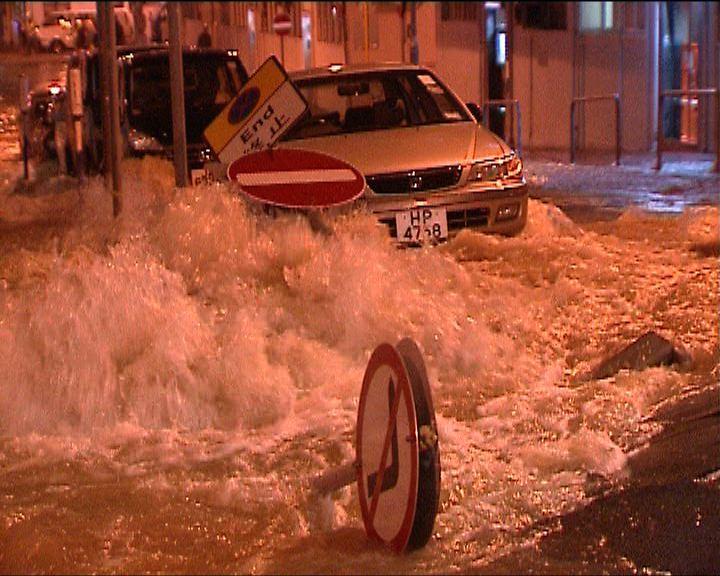 西灣河地底食水管爆裂街道水浸