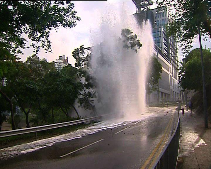 荃灣及西環爆水管交通一度受阻