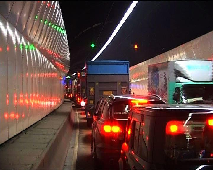 貨車城隧管道內著火交通受阻