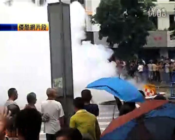 四川什邡警方催淚彈驅散示威民眾
