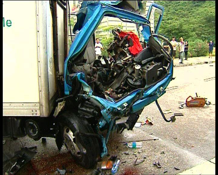 東涌愉景灣巴士貨車相撞多人傷