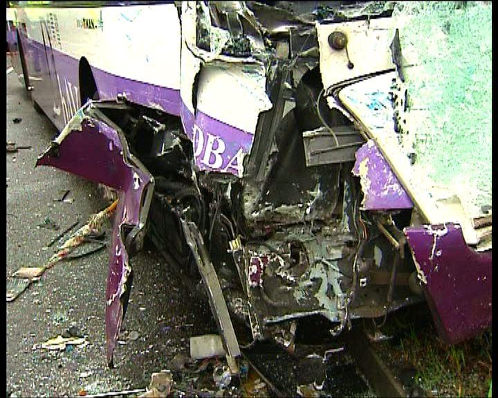 東涌愉景灣巴士貨車相撞一死廿多傷