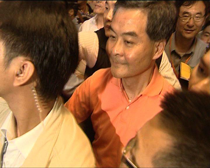 梁振英被示威者包圍警員護送離開
