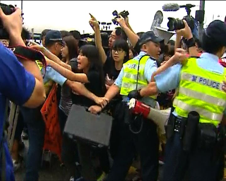 學民成員升旗會場被保安帶走