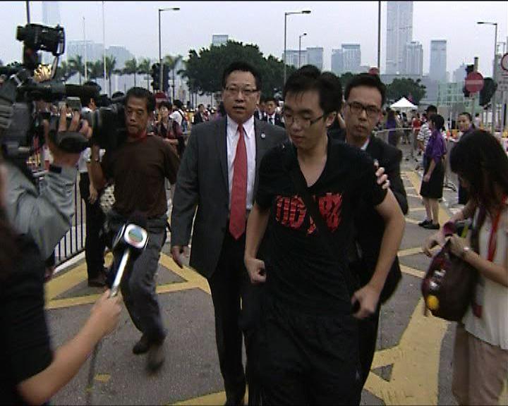 升旗會場有市民被政府工作人員帶走
