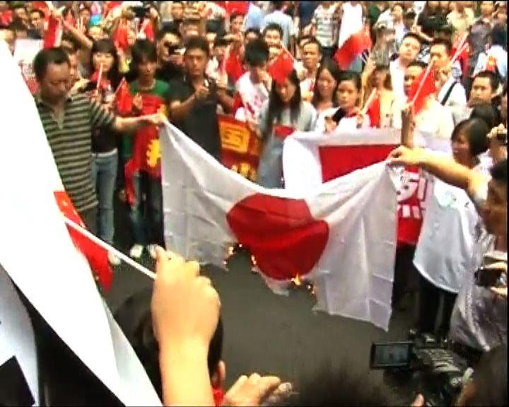 廣州示威者到日領館抗議焚日本國旗