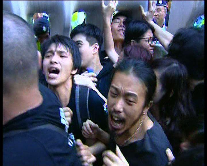 示威者不滿示威區安排發生推撞