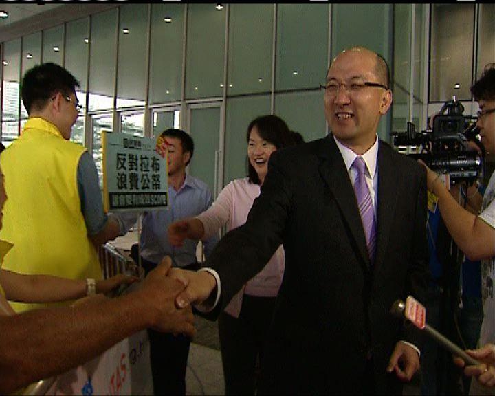 譚志源與反拉布市民握手