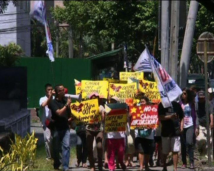 中國駐菲使館外有示威