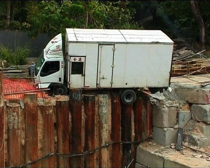 秀茂坪貨車衝入地盤險墮山坡