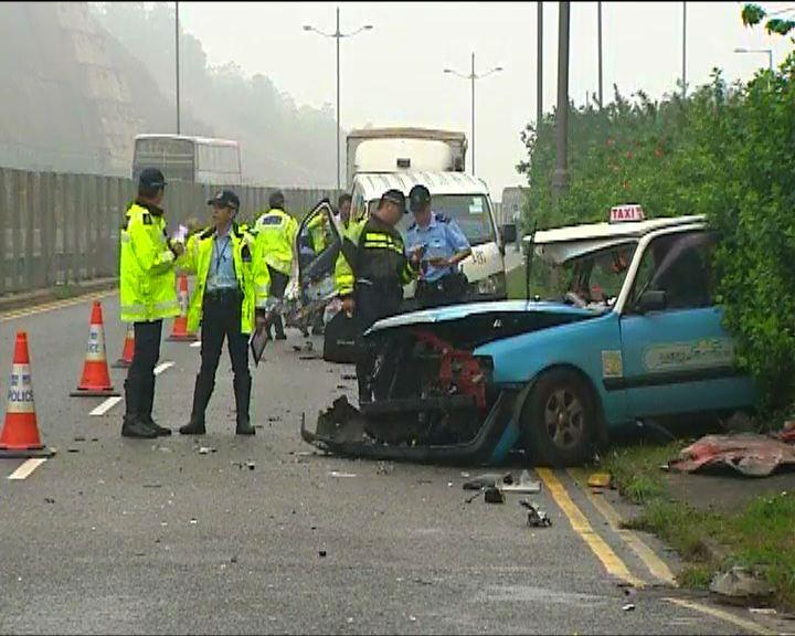 東涌的士與客貨車相撞一死六傷