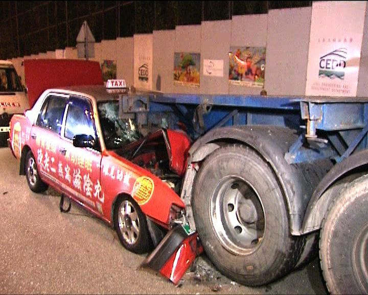的士撞拖頭車尾三人傷