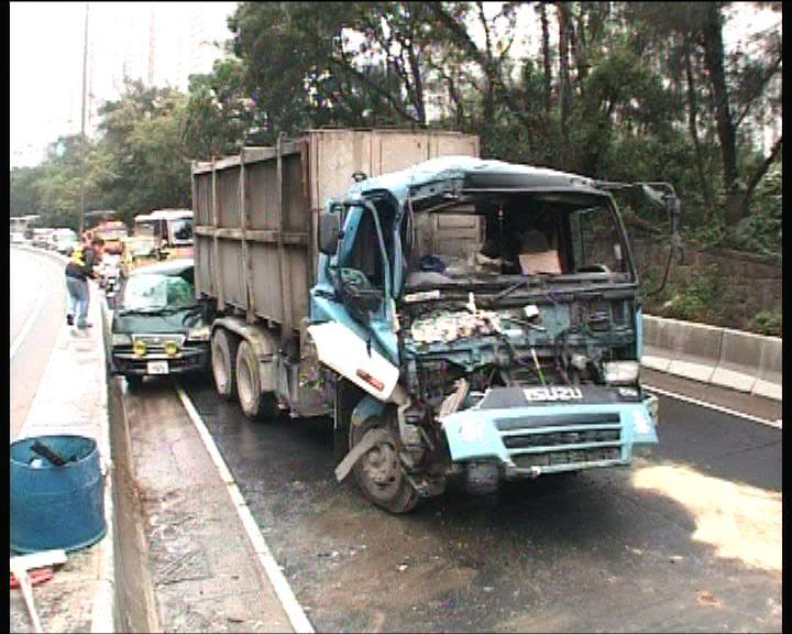 將軍澳五車相撞交通一度擠塞;; </P
