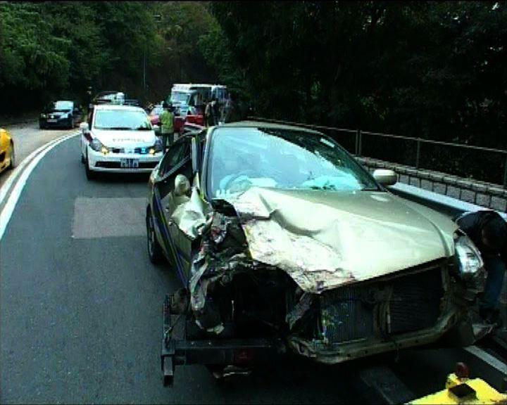 荃灣的士與私家車相撞4人傷
