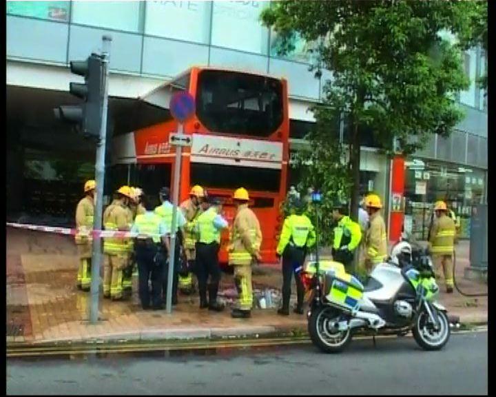 荃灣車禍巴士司機一度被困