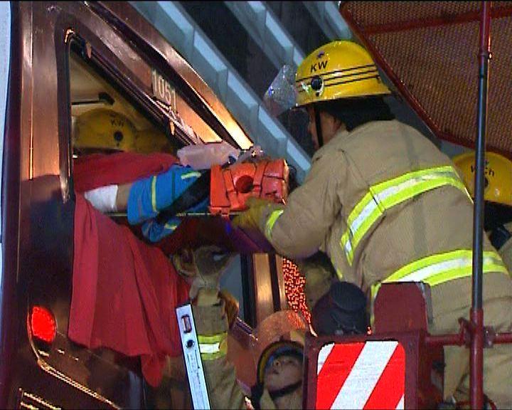 灣仔三巴士相撞最少40人傷